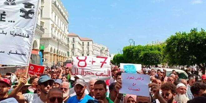 المتظاهرون الجزائريون يلوحون في مسيرات الجمعة بتنفيذ عصيان مدني